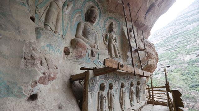 """炳灵寺169窟和172窟的造像和壁画最为精美。169窟墙壁隐约可见""""建弘元年(公元420年)岁在玄枵三月二十四日造""""的墨书,是极其宝贵的历史记录"""