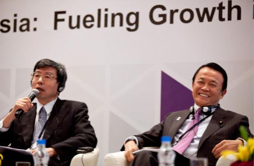 亚行行长中尾武彦(左)宣布辞去职务,而此时距离他第二个任期结束还有一年半时间。