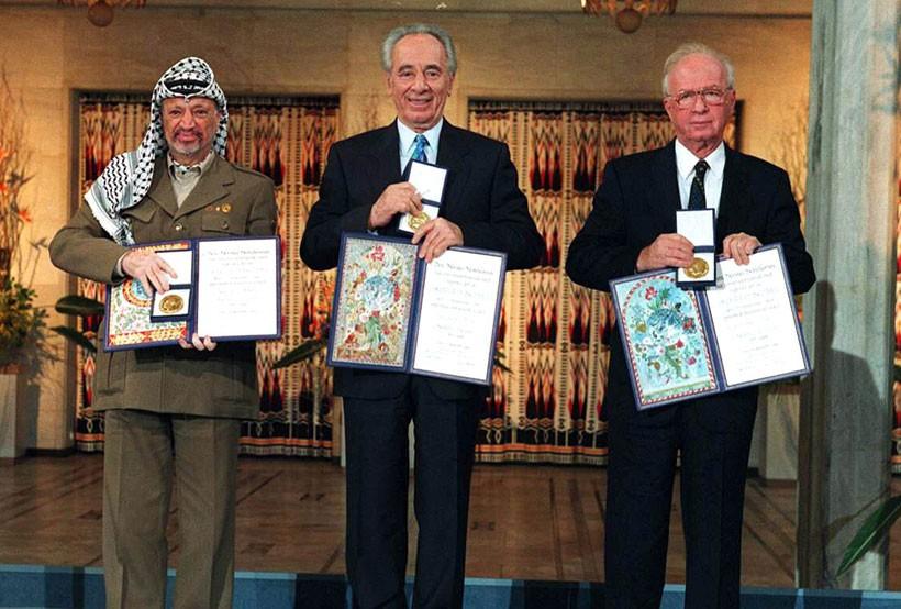 1994年,西蒙·佩雷斯(中)和总理伊扎克·拉宾、巴勒斯坦权力机构主席亚西尔·阿拉法特共同支付诺贝尔奖