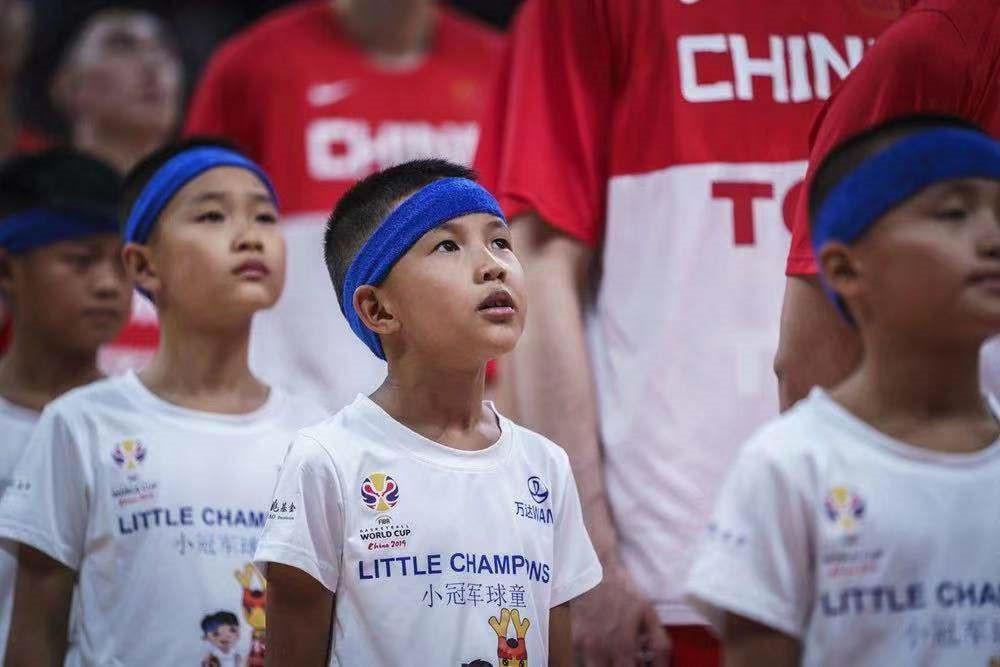 8月31日,来自丹寨的12名幼球童与中国队一首出场