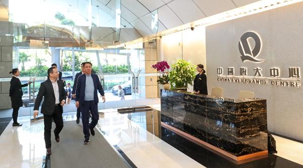 许家印抵达恒大香港总部大楼