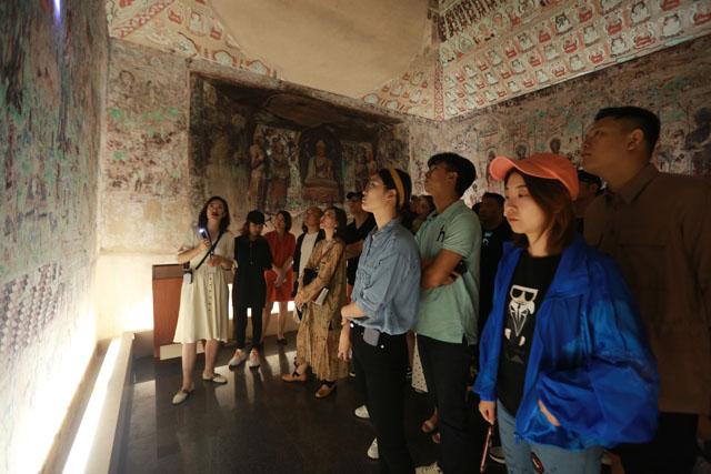 设计师们在敦煌研究院兰州分院敦煌艺术馆参观学习