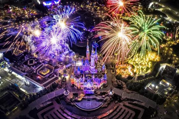 长三角文旅摄影大展作品《绚烂烟花夜》。拍摄者秦战,摄于上海迪士尼乐园。