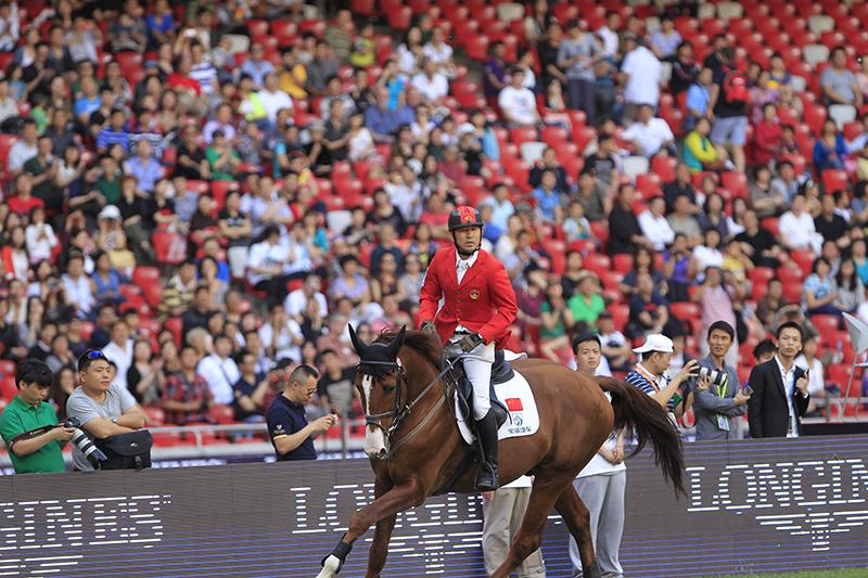 上世纪80年代,内蒙古少年刘同晏骑在马背上进走马术外演.现在,他将与特出的中国骑手一首登上奥运舞台