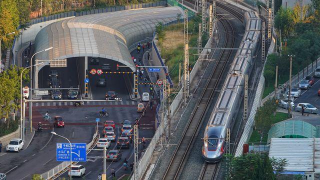 经过三十多年的前期研究和十多年大四周建设积累的经验,中国已形成了一套完善的具有中国自立知识产权和世界一流程度的高速铁路技术标准体系。新华社图