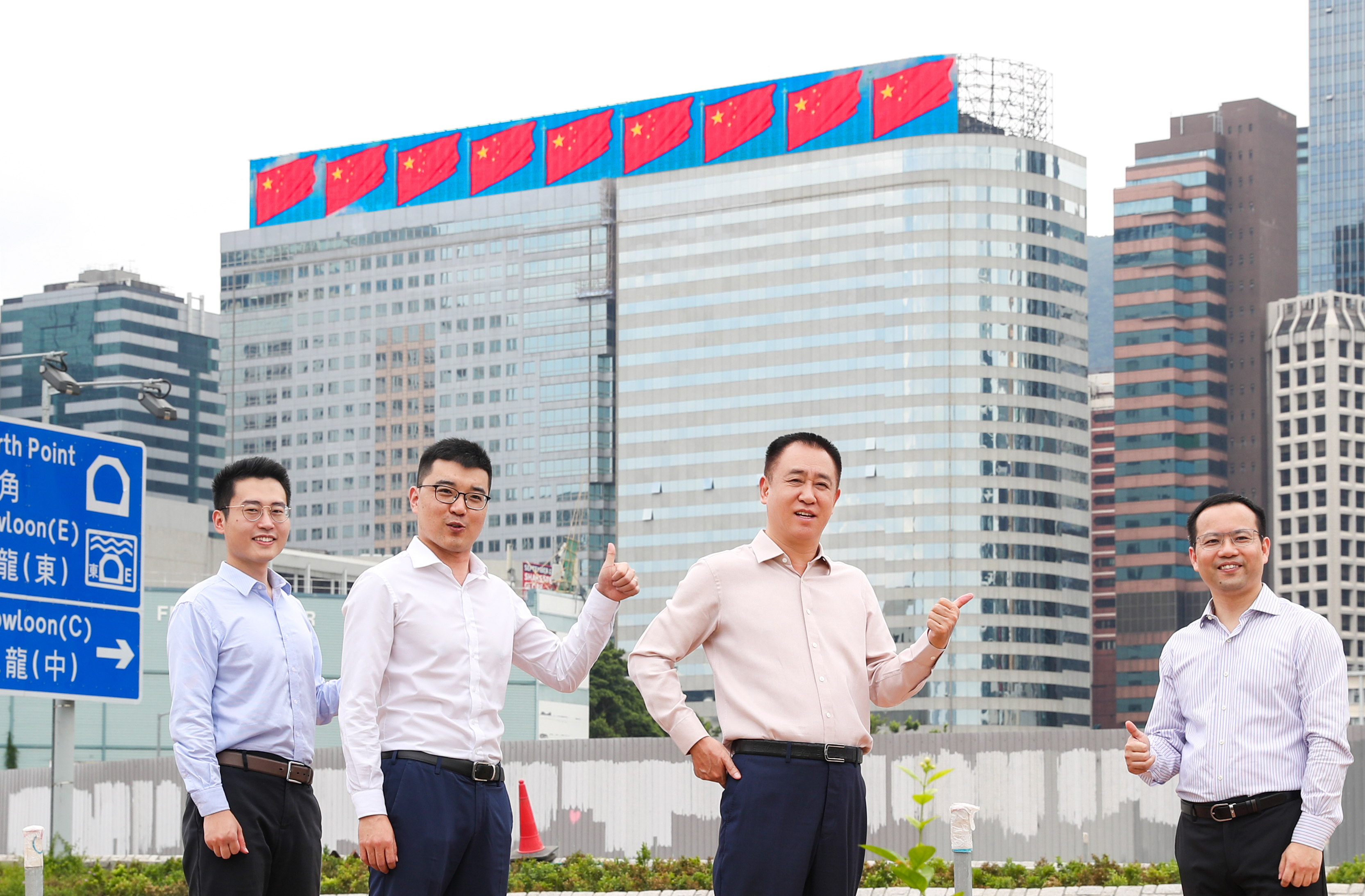许家印检查恒大香港总部大楼五星红旗飘扬的展示效果
