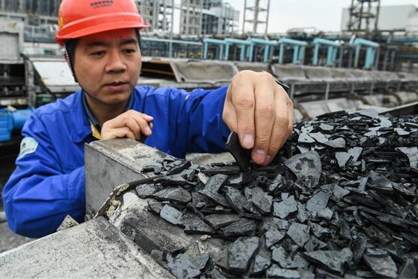 国家能源集团鄂尔多斯煤制油分公司员工查看煤直接液化产生的附产品沥青。这里建成了中国首个百万吨级煤直接制油示范工程。新华社资料图