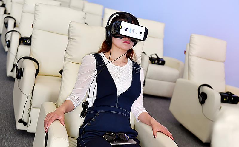 移动电影院主要指通过手机、平板电脑等移动终端,向观众放映已取得《电影片公映许可证》且处于公映期内的电影。  视觉中国图
