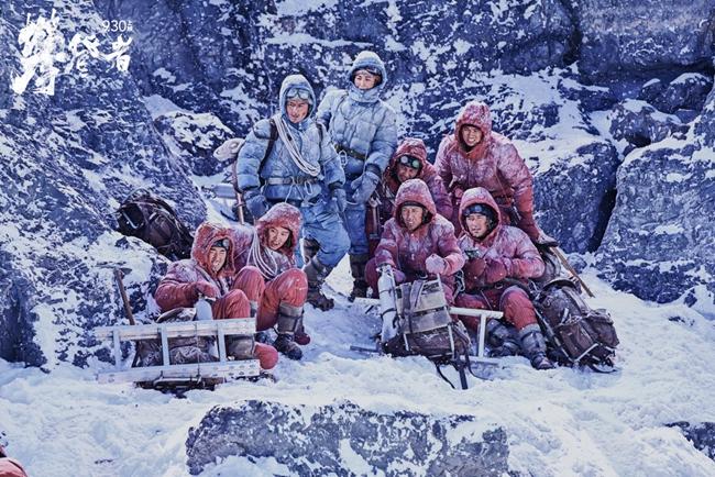 电影《攀登者》中,成功登顶的队员们。