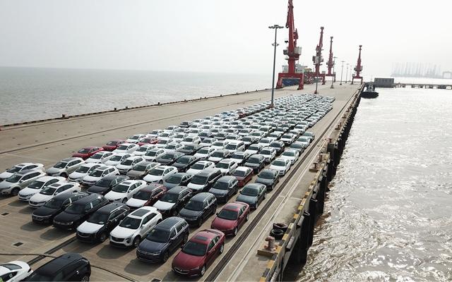 在位于上海临港的上海南港码头,新出厂的汽车等待装船转运。新华社资料图