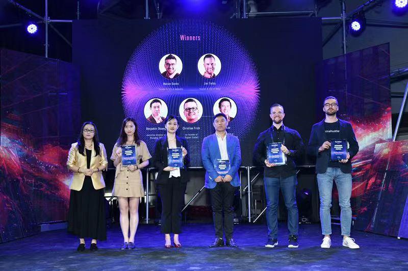 《第一财经日报》副总编辑杨燕青颁奖后与获奖者合影