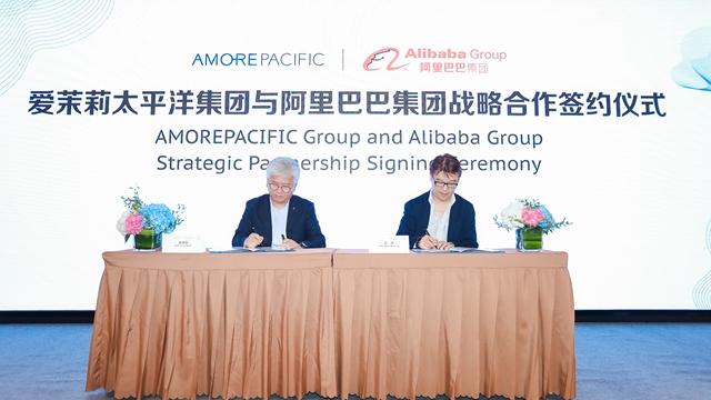 喜欢茉莉宁靖洋总裁高祥钦(左)与阿里巴巴天猫大快消总经理胡伟雄(右)共同签定战略配相符制定