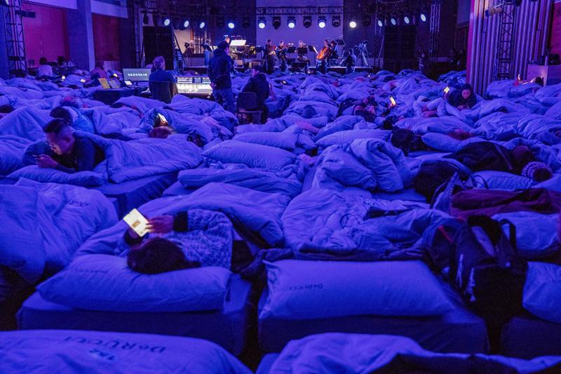 350张写着号码的床,整齐地铺满演出现场