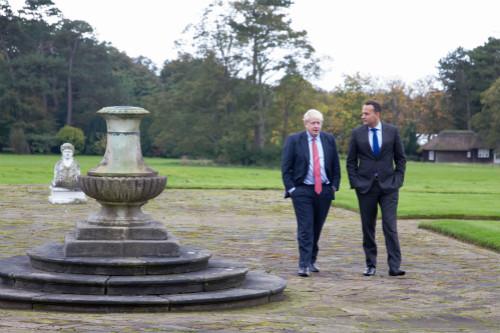 英国首相约翰逊和喜欢尔兰总理瓦拉德卡会面后发外声明称,两边本月终前很能够达成一项有序脱欧制定。