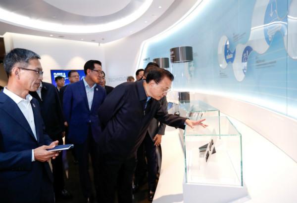 李克强总理10月14日在西安考察三星(中国)半导体有限公司。