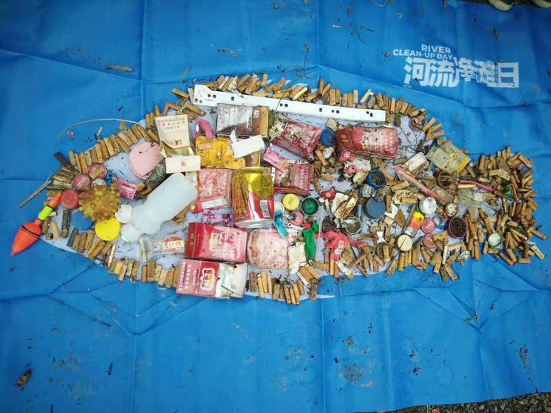 """用烟蒂、烟盒、塑料瓶盖等创作的""""垃圾鱼""""  供图/河流守看者"""