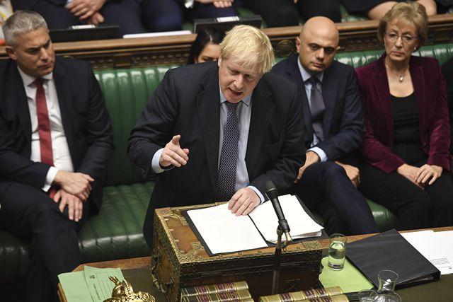10月19日,英国首相鲍里斯·约翰逊(前)在议会下院说话。新华社图