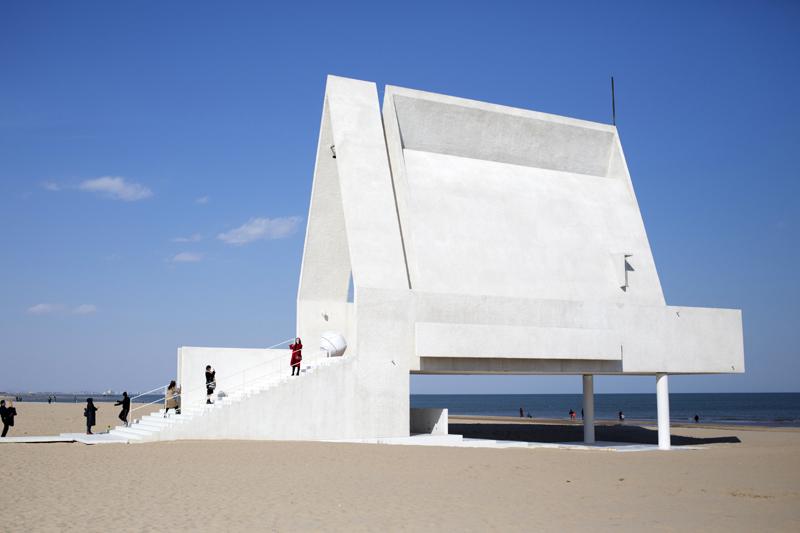 阿那亚海岸的白色礼堂,是文化艺术空间,也是社区音乐会、艺术展的举办地  东方IC图