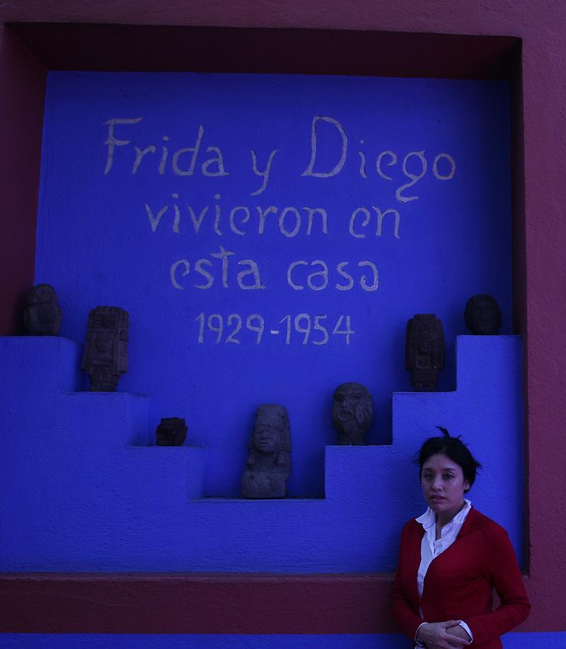 诗人翟永明在弗里达故居,摄于 2006 年