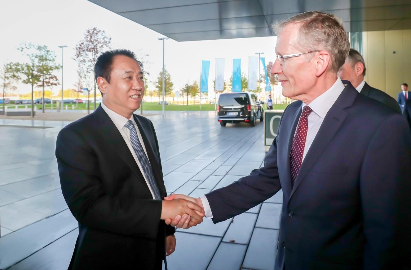 蒂森克虏伯集团汽车业务全球CEO Karsten Kroos迎接许家印一行