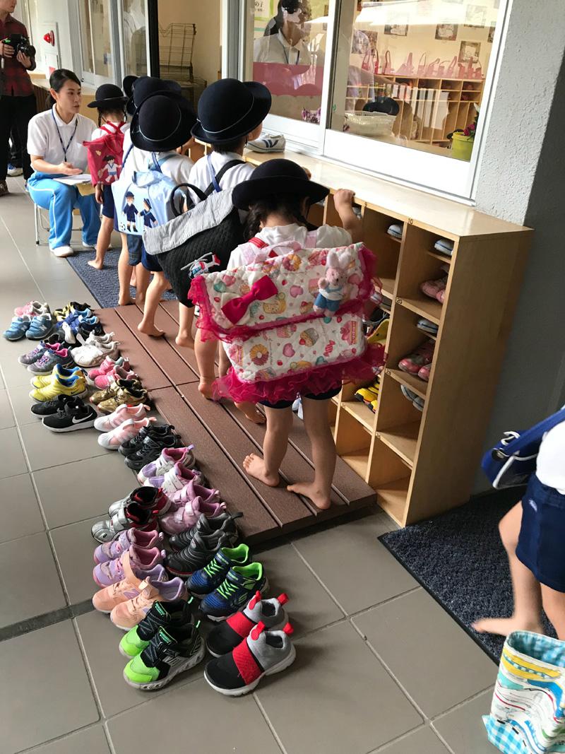 日本孩子很早就学会整齐摆放鞋子等生活自理能力