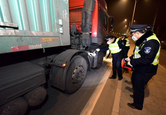 超限超载车辆的荷载一般远超公路和桥梁的设计承受荷载。摄影/章轲