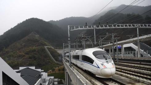杭黄高铁D9558次列车驶出安徽歙县三阳站。 新华社图