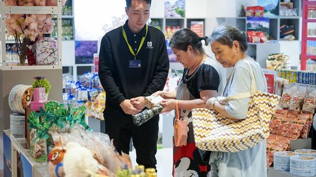 顾客在上海绿地全球商品贸易港里选购进口商品 新华社图
