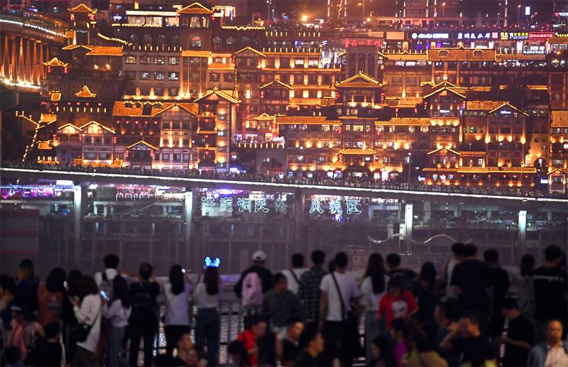 2018年,重庆接待游客5.97亿人次,位居全国第一,旅游总收入达4343.5亿元,同比增长31.3%   东方IC图