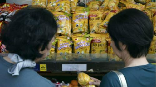 日本首都東京的新大久保,商店貨架上擺放著韓國生產的商品。貿易摩擦對雙方民眾的生活都產生了影響。