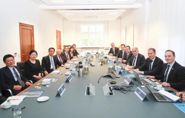 许家印一行与海拉首席执行官Rolf Breidenbach及高管团队会谈