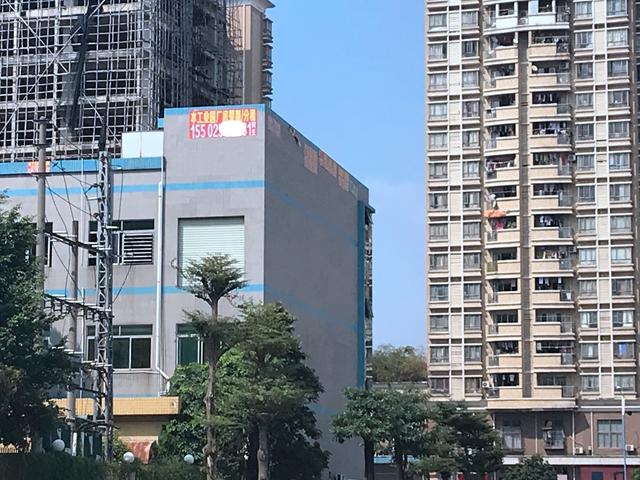 長安鎮錦廈工業園內隨處可見寫有姓氏與電話的招租廣告 吳俊捷/攝