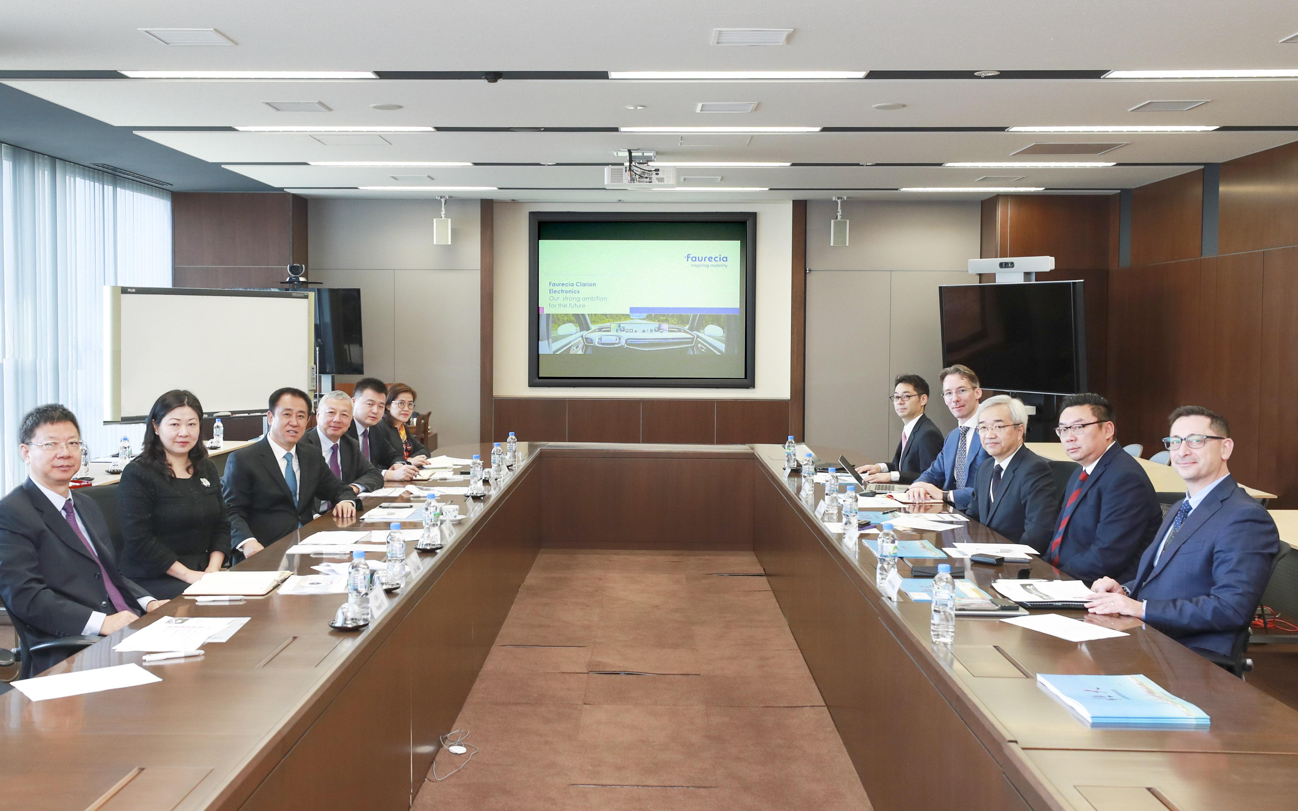 许家印一行与佛吉亚集团全球常务副总裁、佛吉亚歌乐电子集团总裁川端敦等高管会谈