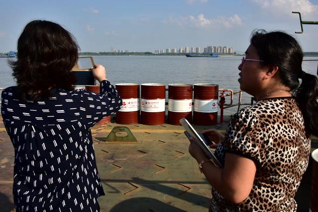 2017年9月,原环境保护部长江经济带饮用水水源地环境保护执法专项行动第一督查组在湖北荆州督查。图为码头上的危险化学品引起督查人员注意。摄影/章轲