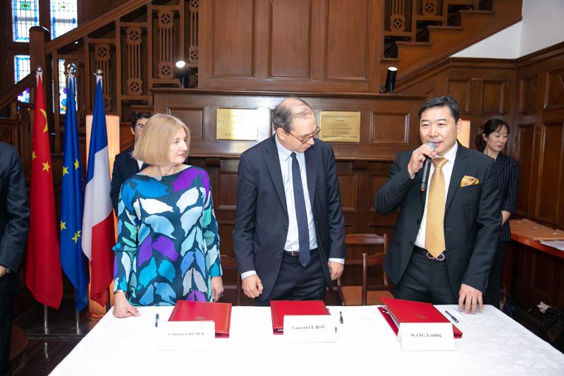 从左至右:贾科梅蒂基金会馆长凯瑟琳·格里尼尔、毕添索博物馆馆长罗朗·笑朋、北京798艺术区创首人王彦伶