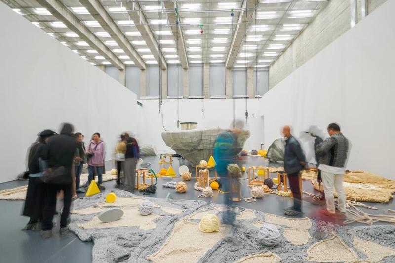 """西岸美术馆,""""游乐场""""首次项现在《地心引力》"""