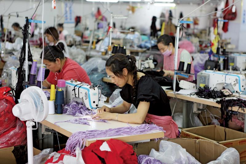 现在,遍布灌云县乡村的作坊、工厂、仓库内,情趣内衣已经成为当地数万人赖以谋生的产业。  东方IC图
