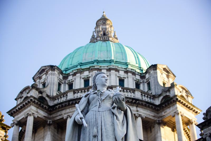 贝尔法斯特市政厅是为了纪念维多利亚女王1888年授予其城市身份而建造的。  摄影记者/吴军