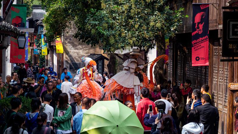 乌镇戏剧节期间的街头表演