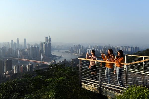 """游客在重慶市南岸區""""一棵樹""""觀景臺。"""