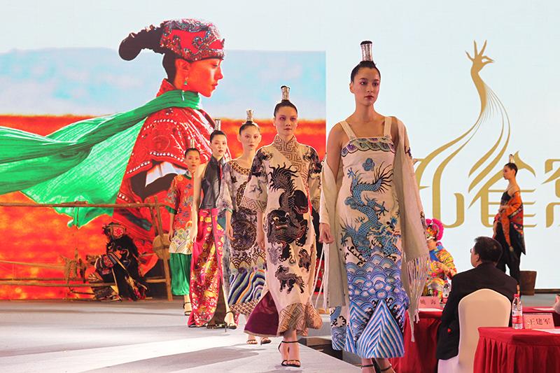 由上海工艺美术做事学院在5年深耕云南彝族文化的基础上,共同创新制造的云南民族服饰收获