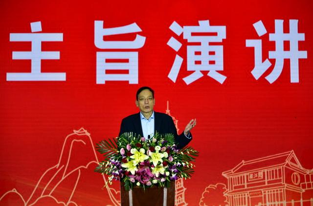 11月30日,刘世锦在2019中国环境上市公司峰会上做主旨演讲。摄影/章轲