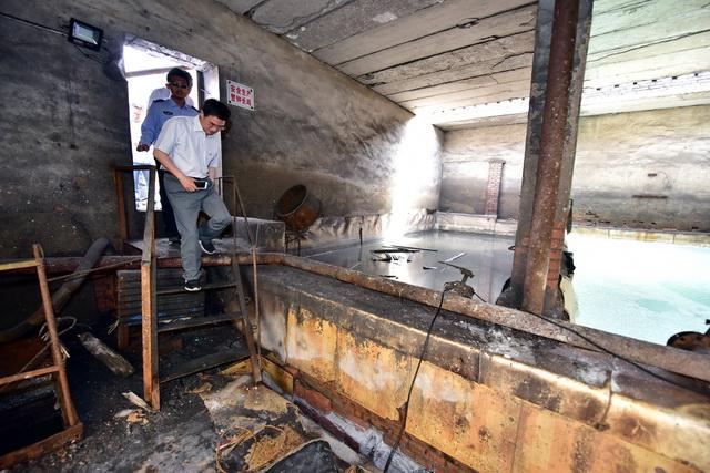 2018年6月2日,中央生态环保督察组对宁夏一家化工企业进行检查。摄影/章轲