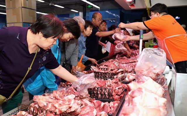9月25日,市民在石家庄市桥西区一处惠民猪肉补贴销售点购买猪肉。新华社