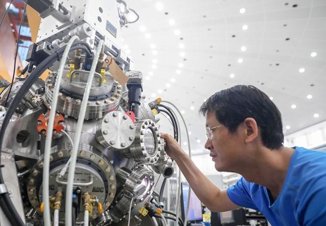科研人员在中国科学技术大学国家同步辐射实验室调试安装设备 新华社图