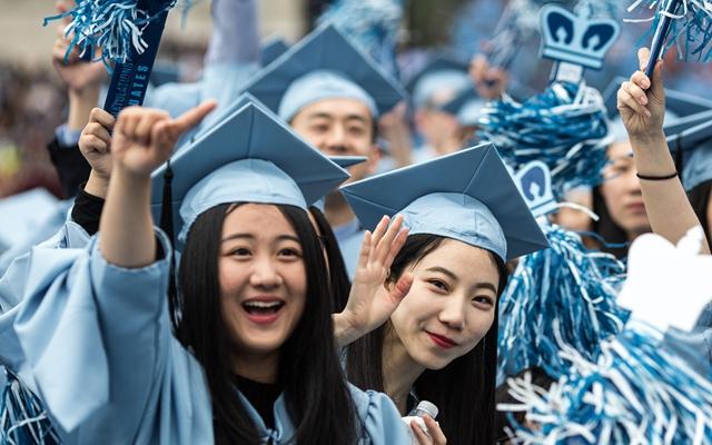 2016年5月18日,在美国纽约,几名中国留门生参添哥伦比亚大学卒业典礼。新华社
