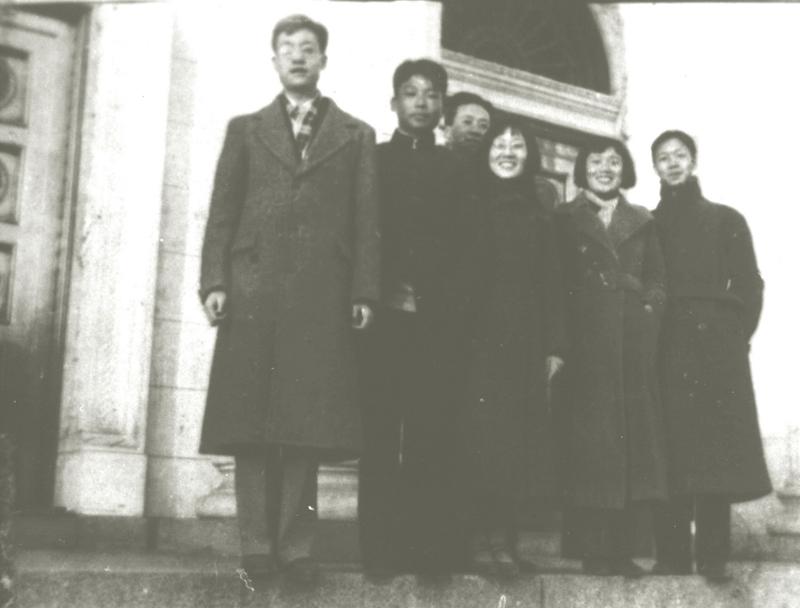 1937年1月于清华园,左二为熊向晖