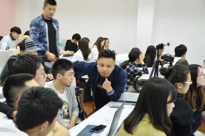 赵聪翀、祝方华为复旦年夜学新闻与传播学院门生做分享