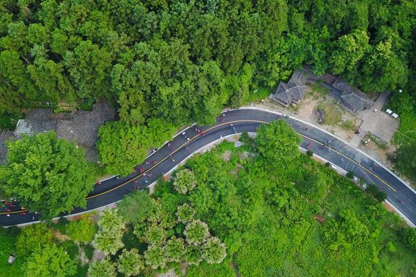 参加首届丹霞山半程马拉松的选手们在林间穿梭(2018年5月27日无人机拍摄)。新华社