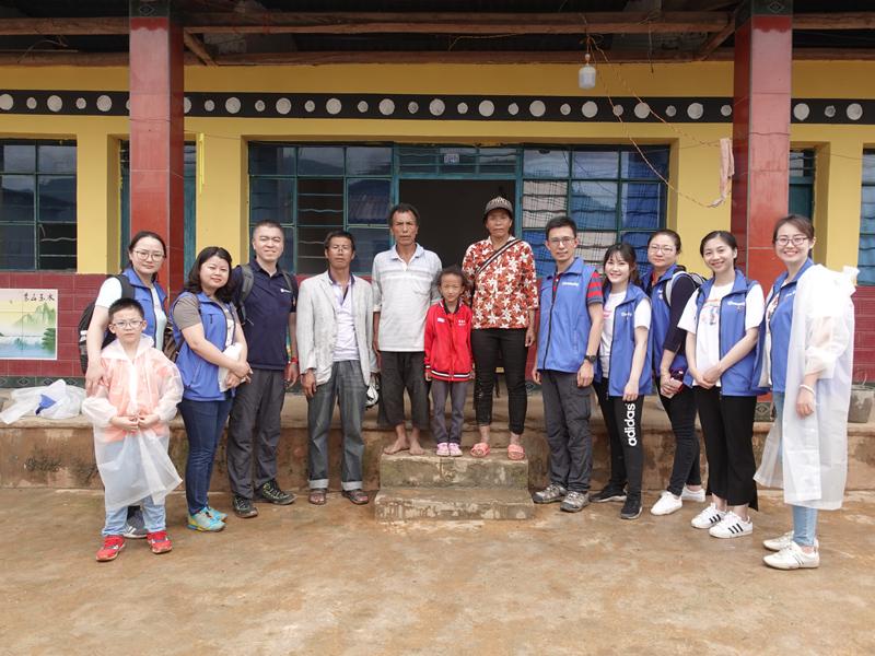 同方全球人寿自愿者团队与受施舍家庭相符影